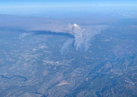 Foto captada a bordo de avião permite observar o grande incêndio de Mação e Vila de Rei.